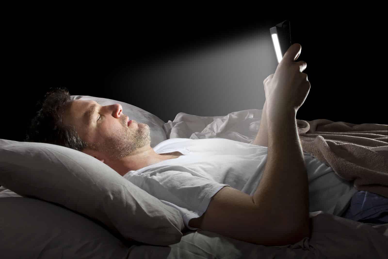 تصویر از استفاده موبایل در تاریکی ممنوع